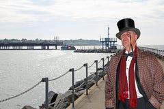 Señor elegante de la ciudad en el puente fotografía de archivo libre de regalías