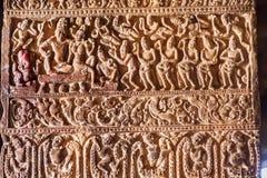 Señor hindú Shiva y su esposa Parvati, criados en una columna con los modelos en templos del siglo VII en Pattadakal, la India Imagen de archivo libre de regalías