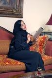 Señora árabe con el hijab usando la pista foto de archivo libre de regalías