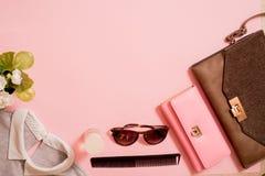 Señora Accessories Set de la moda Endecha de Falt Bolso con estilo Construya los cepillos Gafas de sol que reflejan los girasoles Fotografía de archivo libre de regalías