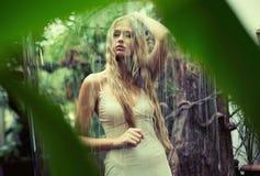 Señora adolescente linda que se coloca en la lluvia Fotos de archivo libres de regalías