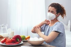 Señora adolescente que experimenta itchiness alérgico fotos de archivo