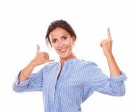 Señora adulta encantadora con gesto de la llamada que destaca Imágenes de archivo libres de regalías