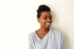 Señora afroamericana joven feliz que parece ausente y sonrisa Fotografía de archivo libre de regalías