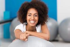 Señora afroamericana joven hermosa en un gimnasio imagenes de archivo