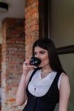 Señora agradable del negocio en el café Retrato Imagen de archivo libre de regalías