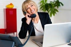 Señora alegre contratada a una conversación jovial Imágenes de archivo libres de regalías