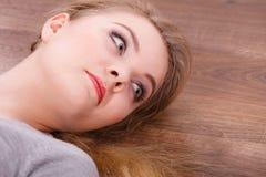 Señora alegre joven que miente en piso Foto de archivo