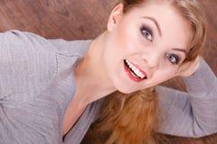 Señora alegre joven que miente en piso Foto de archivo libre de regalías