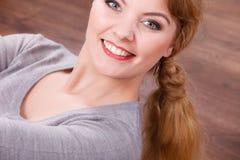 Señora alegre joven que miente en piso Imagenes de archivo