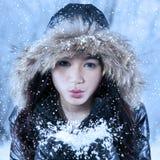 Señora alegre que juega nieve Foto de archivo