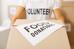 Señora altruista persistente que recoge las donaciones para los pobres Imagen de archivo