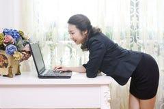 Señora asiática atractiva de la oficina imágenes de archivo libres de regalías