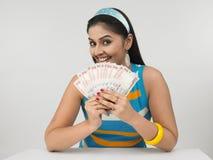 Señora asiática con el dinero en circulación indio Foto de archivo