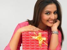 Señora asiática con un rectángulo de regalo Imagen de archivo libre de regalías