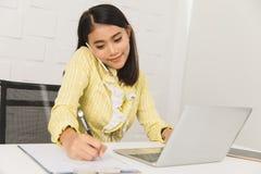 Señora asiática en el fondo blanco fotografía de archivo libre de regalías