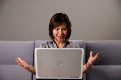 Señora asiática en el traje del asunto, frustrado Imágenes de archivo libres de regalías