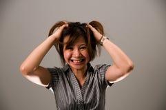 Señora asiática en el traje del asunto, muy frustrado Fotos de archivo libres de regalías