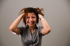 Señora asiática en el traje del asunto, muy frustrado Imagen de archivo