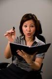 Señora asiática en el traje del asunto, señalando en usted Fotografía de archivo
