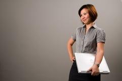 Señora asiática en el traje del asunto, sosteniendo un cuaderno Fotografía de archivo libre de regalías