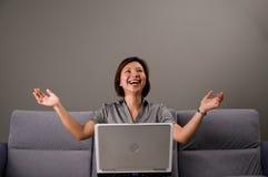 Señora asiática en traje del asunto, usando un ordenador Fotografía de archivo libre de regalías