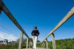 Señora asiática en un paseo marítimo de madera Imagen de archivo libre de regalías