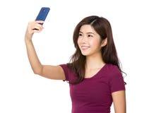 Señora asiática joven que toma un selfie Fotografía de archivo