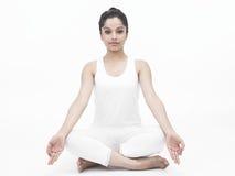 Señora asiática que hace yoga Fotos de archivo