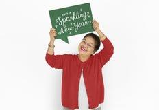 Señora asiática que lleva a cabo el cartel chispeante de los Años Nuevos Imagen de archivo libre de regalías
