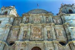 Se?ora Assumption Cathedral Church Oaxaca M?xico de las torres de las estatuas de la fachada fotos de archivo