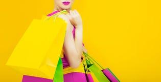 Señora atractiva con compras Imagen de archivo