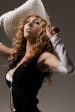 Señora atractiva con el sombrero blanco y la alineada negra Foto de archivo libre de regalías