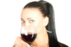 Señora atractiva con un vidrio de vino rojo Fotografía de archivo libre de regalías