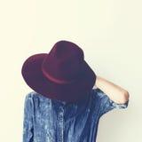 Señora atractiva de la moda en una camisa y un sombrero elegantes del dril de algodón vendimia Fotos de archivo