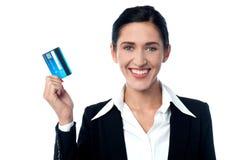 Señora atractiva del negocio que muestra la tarjeta de crédito fotos de archivo