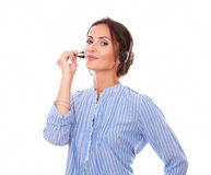 Señora atractiva del operador que habla en los auriculares Fotos de archivo