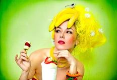 Señora atractiva del plátano con el coctel poner crema Imagenes de archivo