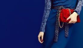 Señora atractiva del retrato pequeño bolso púrpura Relojes y cl rojo Fotos de archivo libres de regalías