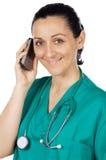 Señora atractiva doctor que habla en el teléfono Imágenes de archivo libres de regalías