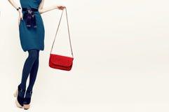 Señora atractiva en accesorios de la tendencia del vintage Combi verde y rojo Imágenes de archivo libres de regalías
