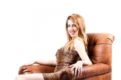 Señora atractiva en alineada del leopardo que sonríe en la cámara Fotografía de archivo libre de regalías