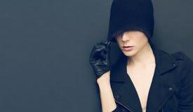 Señora atractiva en fondo negro en guantes y autu de moda del sombrero Fotos de archivo libres de regalías