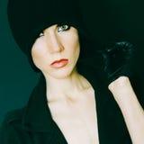 Señora atractiva en fondo negro en guantes y autu de moda del sombrero Fotografía de archivo libre de regalías