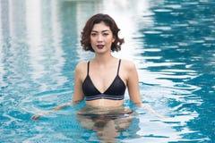 Señora atractiva en piscina de agua de la fijación de la habitación de la natación fotos de archivo