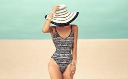 Señora atractiva en sombrero de moda de los accesorios del traje de baño y de la playa imagen de archivo libre de regalías