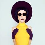 Señora atractiva en sombrero y guantes del vintage de Borgoña Imagen de archivo libre de regalías