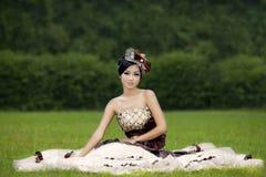 Señora atractiva en vestido formal en el parque Imagen de archivo libre de regalías
