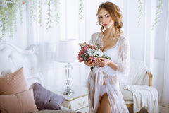 Señora atractiva hermosa en traje blanco elegante Fotografía de archivo