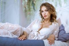 Señora atractiva hermosa en traje blanco elegante Imagen de archivo